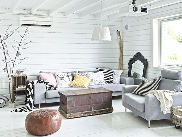 Vivienda escandinava con accesorios en madera sin tratar for Casa escandinava