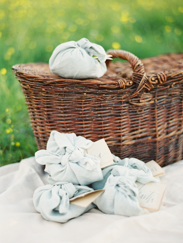 linen-wrapped-wedding-favors